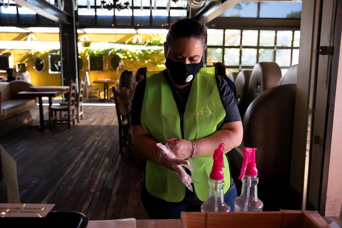 Một nhân viên làm việc tại một nhà hàng ở Bloomfield Hills, Michigan, ngày 8/6. Ảnh: Reuters