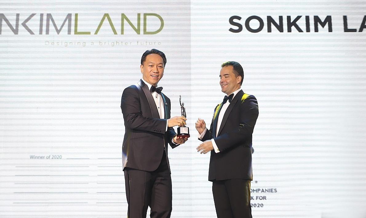 Ông Andy Han Suk Jung, Tổng giám đốc SonKim Land (trái) đại diện nhận giải.