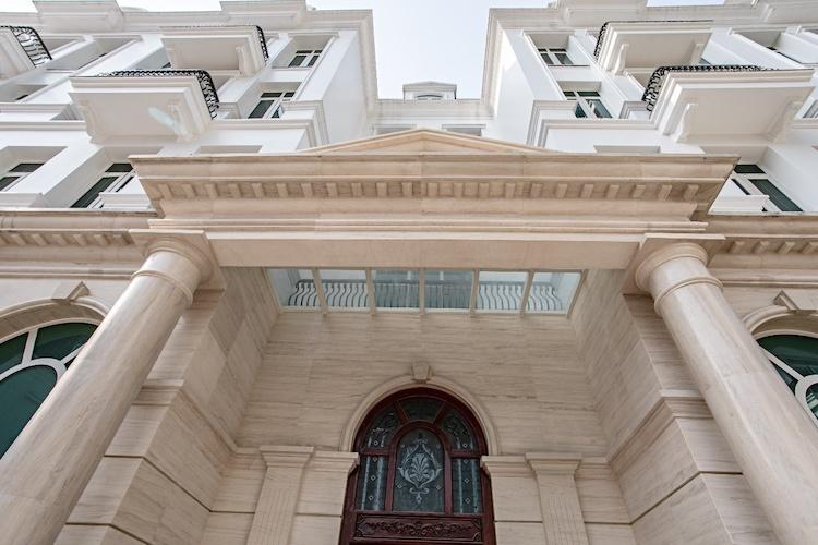 Mặt ngoài từng dinh thự được ốp đá granite đúc nguyên khối.