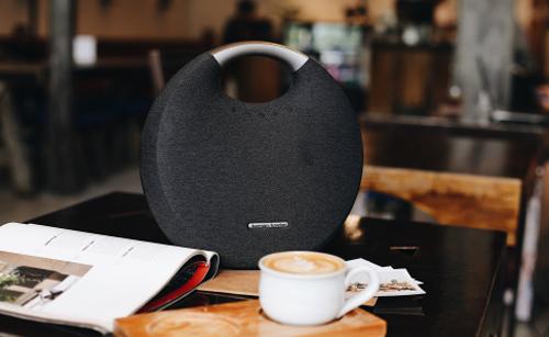 Harman Kardon Onyx Studio 6 là mẫu loa di động sang trọng với âm thanh đỉnh cao dành cho gia đình bạn