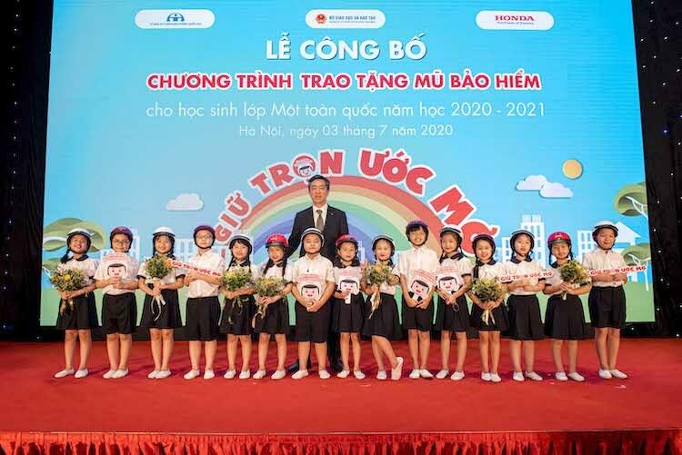 Đại diện Honda Việt Nam trao mũ bảo hiểm cho các học sinh vào lớp 1.