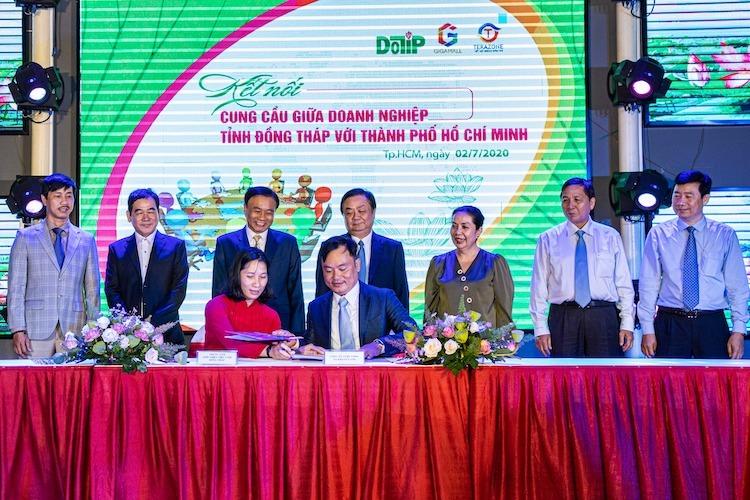 Doanh nghiệp Đồng Tháp và TPHCM ký kết hợp tác trong khuôn khổ chương trình.
