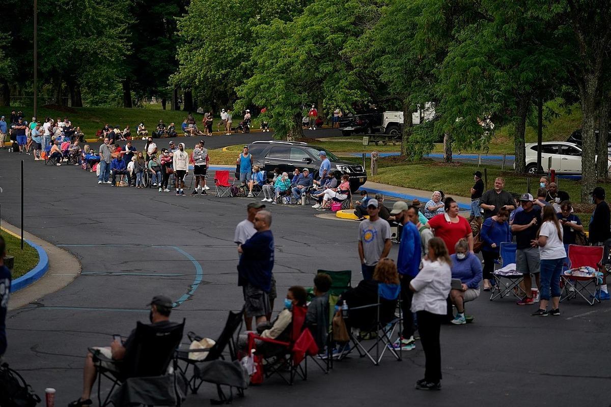 Xếp hàng đăng ký nhận trợ cấp thất nghiệp tại Frankfort, Kentucky, Mỹ hôm 18/6. Ảnh: Reuters