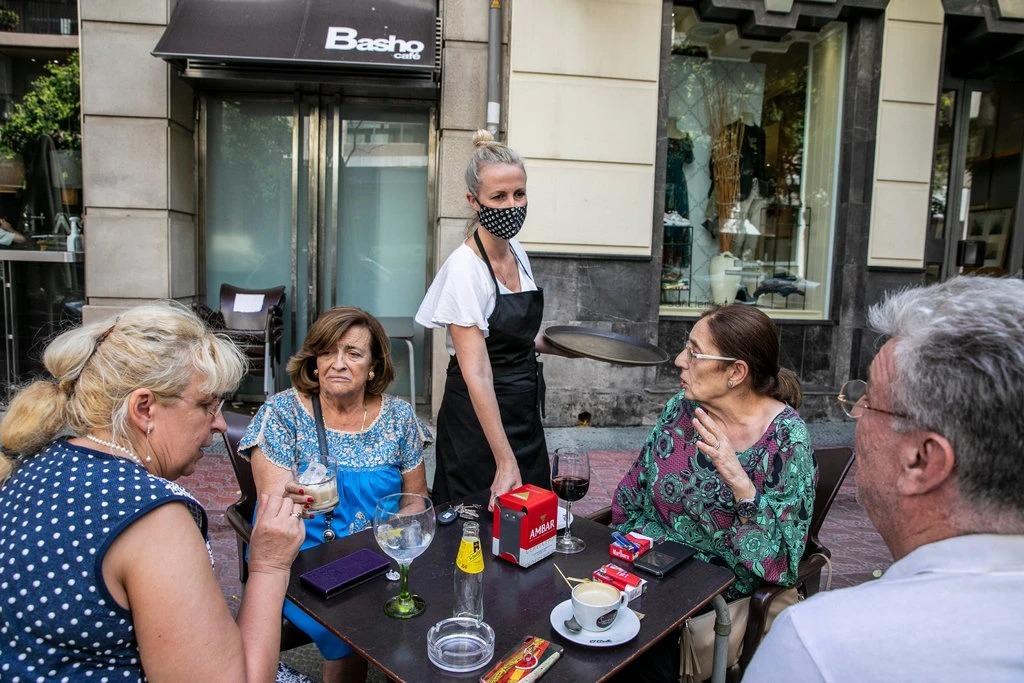 Ana Ascaso đeo khẩu trang quay lại làm việc tại quán vào cuối tháng trước. Ảnh: NYT
