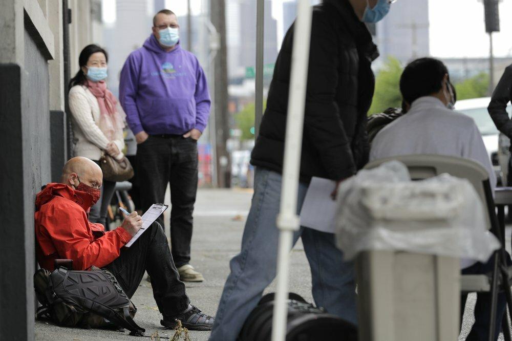Người Mỹ điền đơn xin việc tại một hội chợ việc làm hồi tháng 5. Ảnh: AP