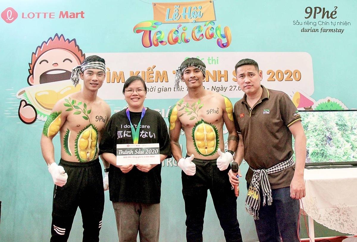 Anh Hà Duy Trung (ngoài cùng bên phải) cùng mẫu nam sầu riêng 6 múi và khách hàng chiến thắng cuộc thi ăn sầu riêng Thánh Sầu 2020. Ảnh: 9 Phẻ