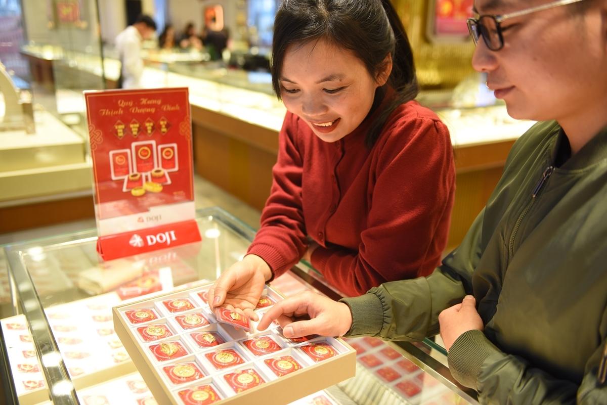 Nhà đầu tư giao dịch vàng tại một cửa hàng ở Hà Nội. Ảnh: DOJI.