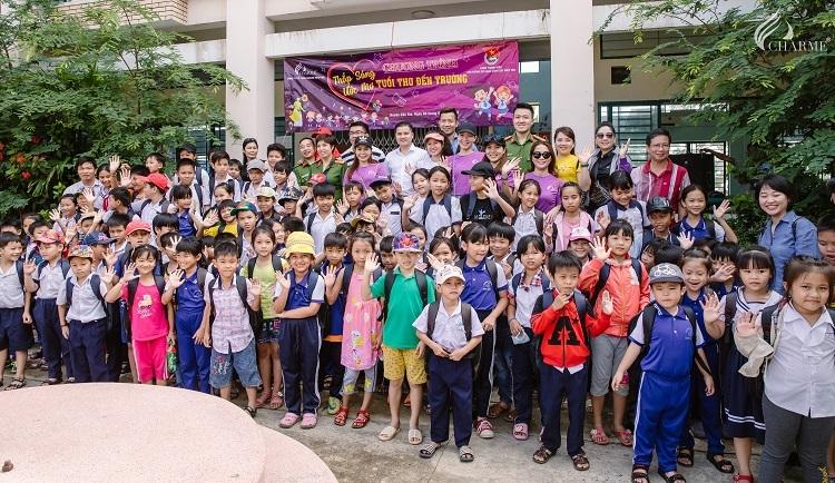 Đại diện Công ty Cổ phần Charme Perfume cùng Đoàn Thanh niên Văn phòng Cơ quan Cảnh sát điều tra TP HCM và các học sinh trường tiểu học Doi Lầu. Ảnh: Charme Perfurme.