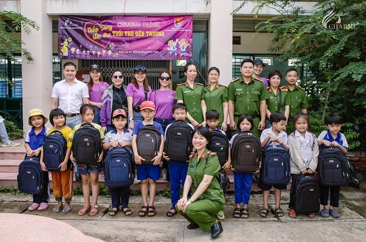 Ông Võ Sỹ Đạt - Tổng giám đốc Công ty Cổ phần Charme Perfume (hàng trên, góc trái) cùng đại diện Đoàn Thanh niên Văn phòng Cơ quan Cảnh sát điều tra TP HCM và các em học sinh. Ảnh: Charme Perfurme.