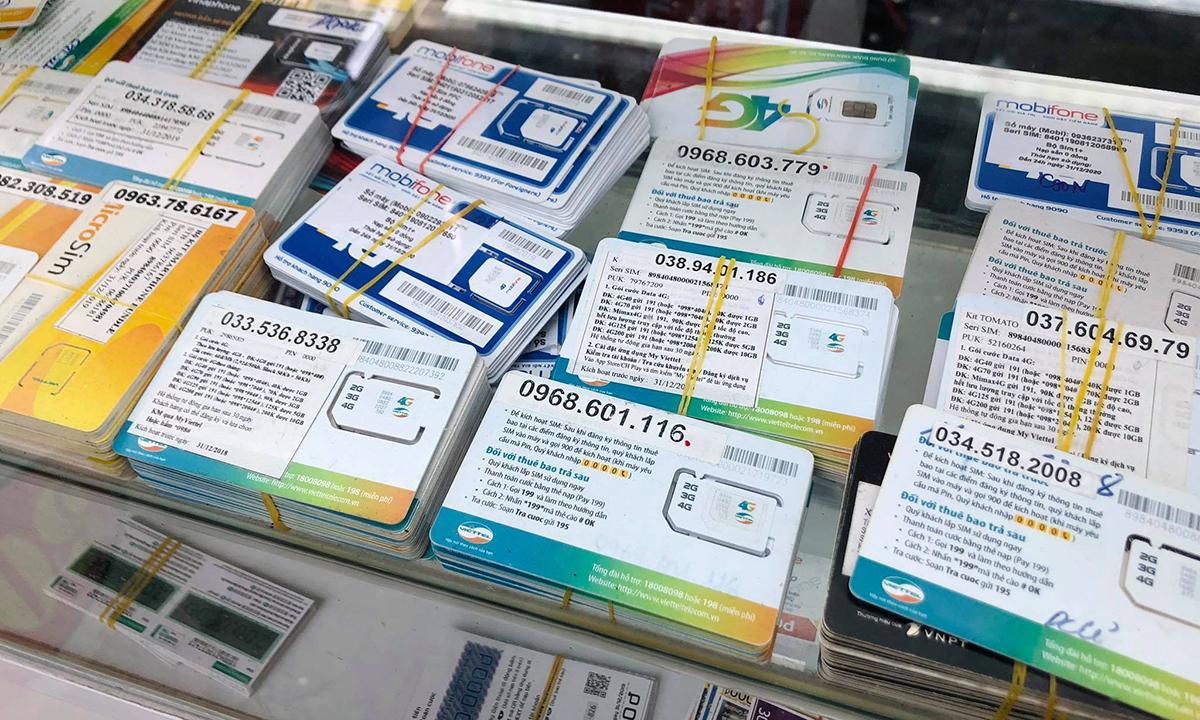 SIM kích hoạt sẵn vẫn bán tràn lan trên thị trường hồi cuối tháng 6. Ảnh: Anh Tú