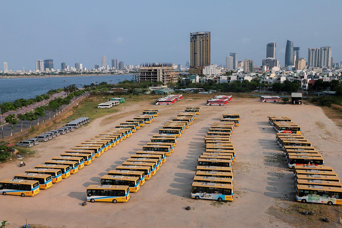 Nhiều xe buýt, xe khách phải nằm trong bãi đỗ xe suốt nhiều tháng, do ảnh hưởng của dịch Covid-19. Ảnh: Nguyễn Đông.
