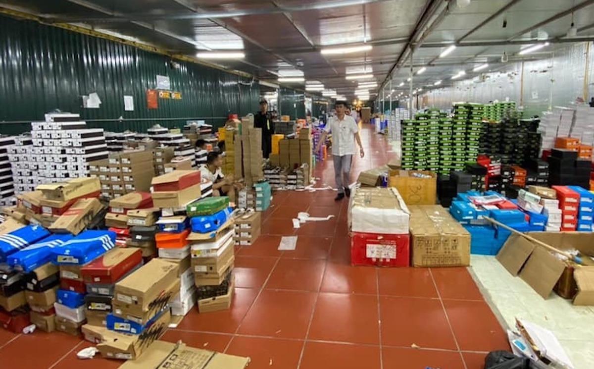 Bên trong kho hàng rộng hơn 10.000 m2 tại thành phố Lào Cai chứa hàng chục nghìn sản phẩm giả. Ảnh: QLTT