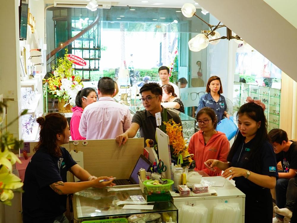 Khách hàng đến đổi tròng kính mắt cũ tại cửa hàng Mắt kính Nam Quang.