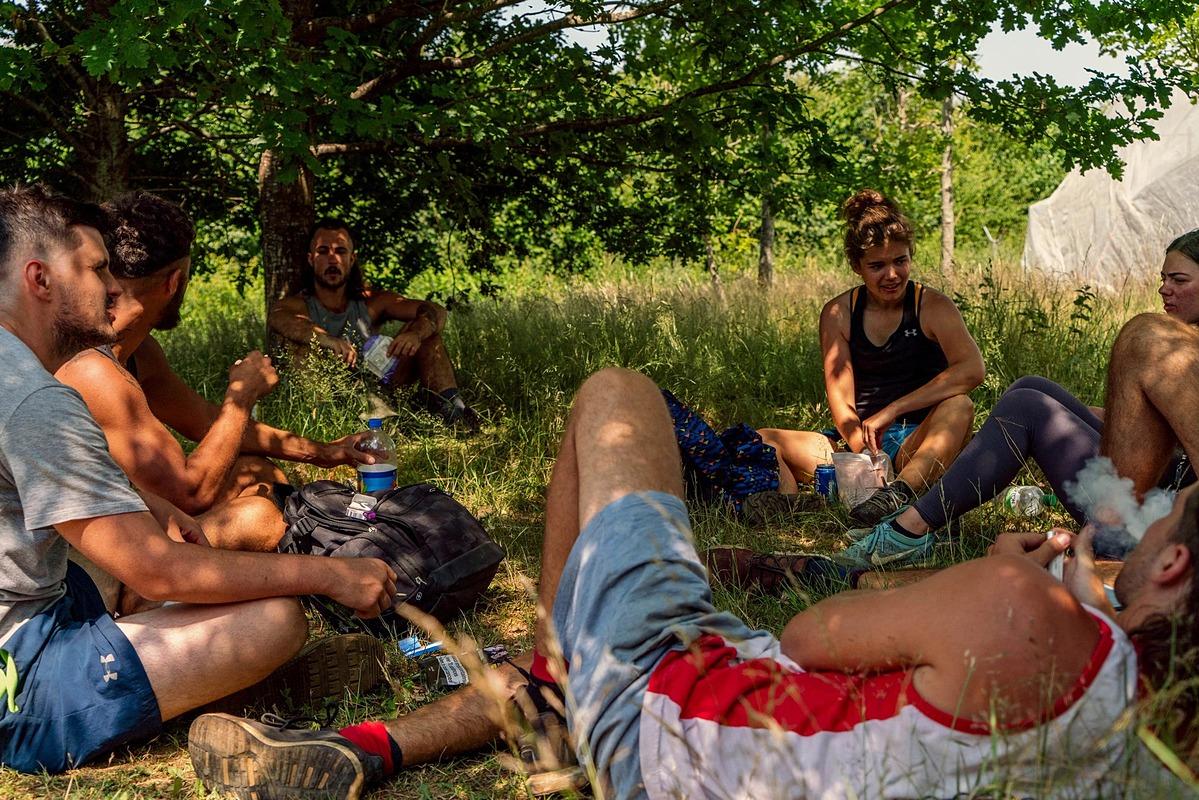Ella Chandler (áo thun đen) cùng các đồng nghiệp vào giờ nghỉ tại nông trại. Ảnh: NYT