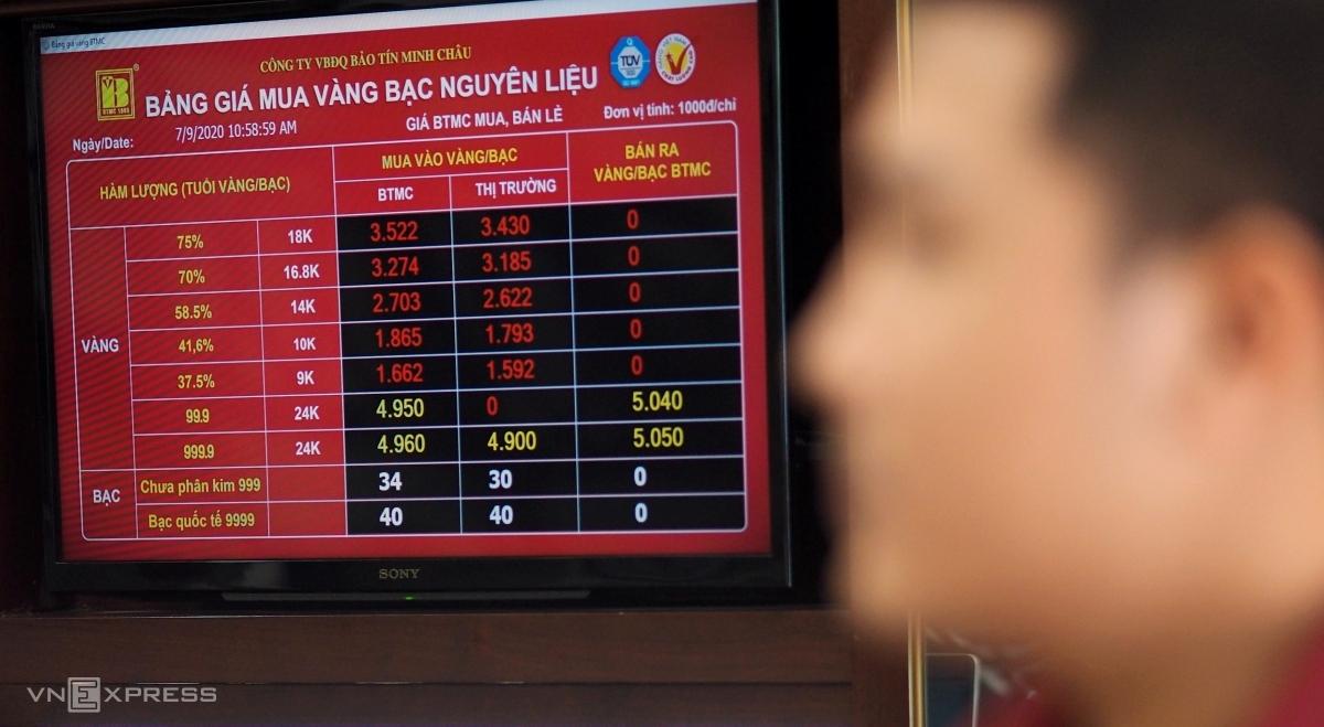 Nhà đầu tư theo dõi giá tại cửa hàng Bảo Tín Minh Châu chiều 9/7. Ảnh: Quỳnh Trang.