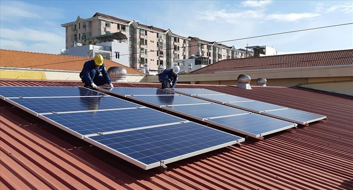 Nhân viên của EVNHCMC lắp đặt hệ thống điện mặt trời áp mái tại quận 6, TPHCM. Ảnh: Nam Dương