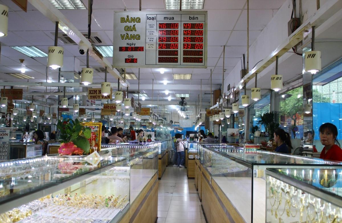 Nhiều cửa hàng tại Trung tâm Vàng bạc đá quý Bến Thành vắng khách trưa 9/7. Ảnh: Thiên Ngân.