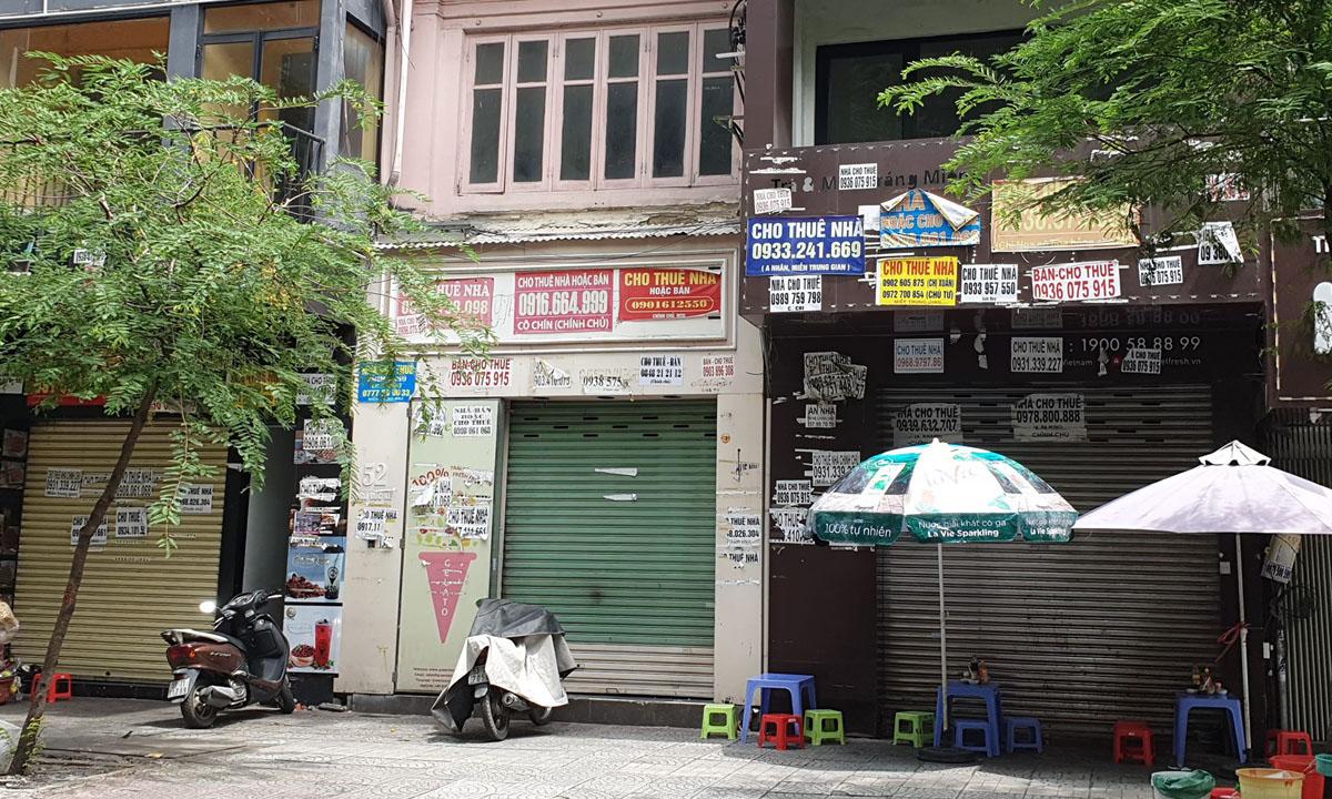 Nhà phố mặt tiền đang đóng cửa chào thuê tại trung tâm quận 1, TP HCM ngày 8/7. Ảnh: Vũ Lê