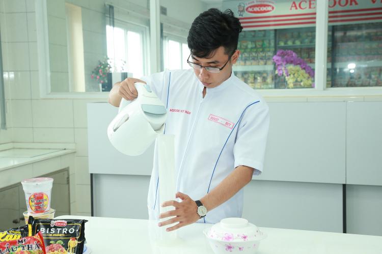 Một chuyên viên trong đội ngũ nghiên cứu và phát triển sản phẩm của Acecook Việt Nam.