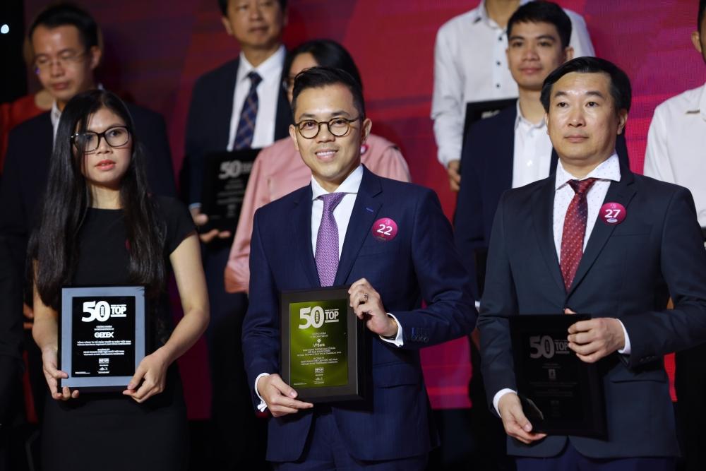 Đại diện VPBank nhận giải thường (confirm tên nhân vật và giải thưởng)