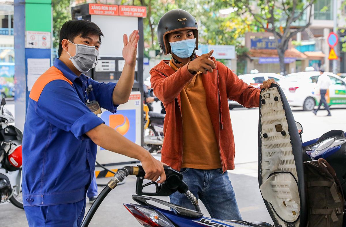 Người dân đổ xăng tại góc đường Hai Bà Trưng, quận 1, TP HCM. Ảnh: Quỳnh Trần.
