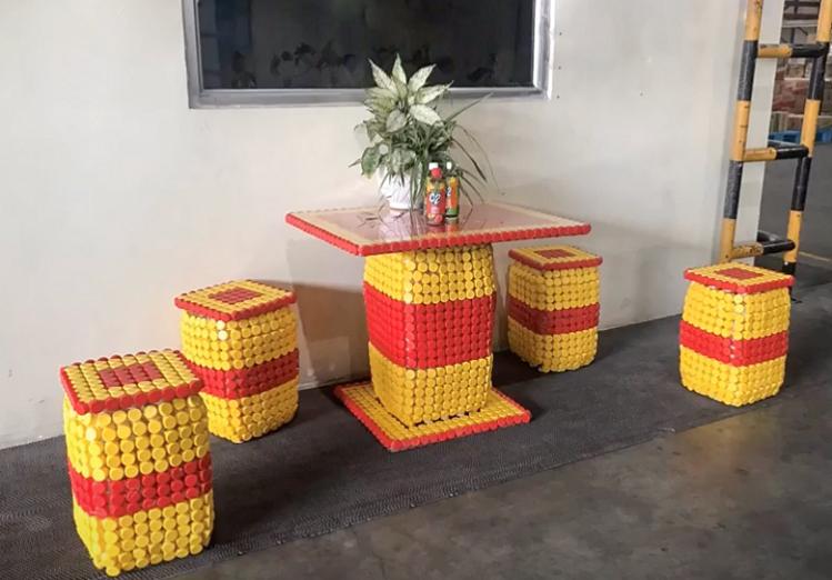 Ứng dụng nhựa đã qua sử dụng để làm bàn ghế trong nhà máy của nhân viên URC Việt Nam.