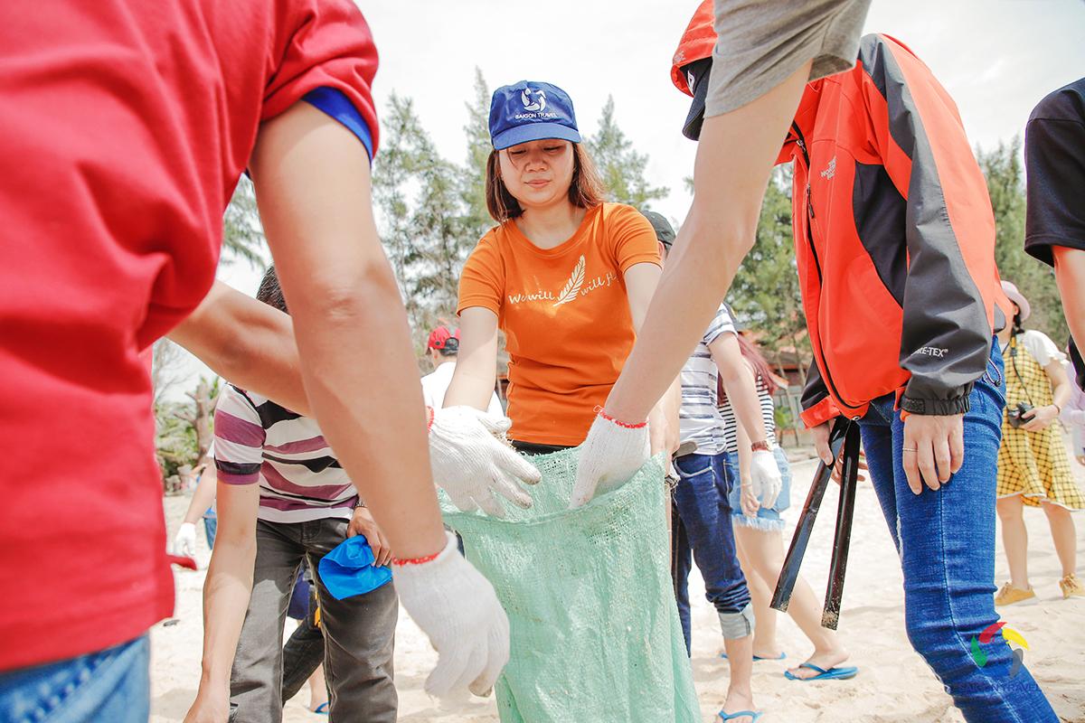Hoạt động thu thập và phân loại hơn 1,1 tấn rác thải của nhân viên URC Việt Nam.