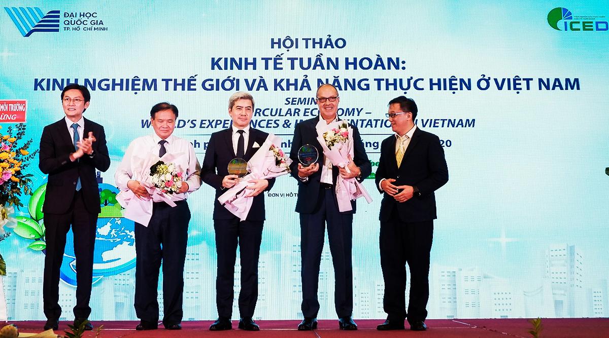 Ông Laurent Levan (đứng giữa) - Chủ tịch kiêm Tổng giám đốc của URC Việt Nam, kiêm Giám đốc và Trưởng ban Vận hành Kỹ thuật của PRO Vietnam tham gia hội thảo Kinh tế tuần hoàn: Kinh nghiệm thế giới và khả năng thực hiện ở Việt Nam.