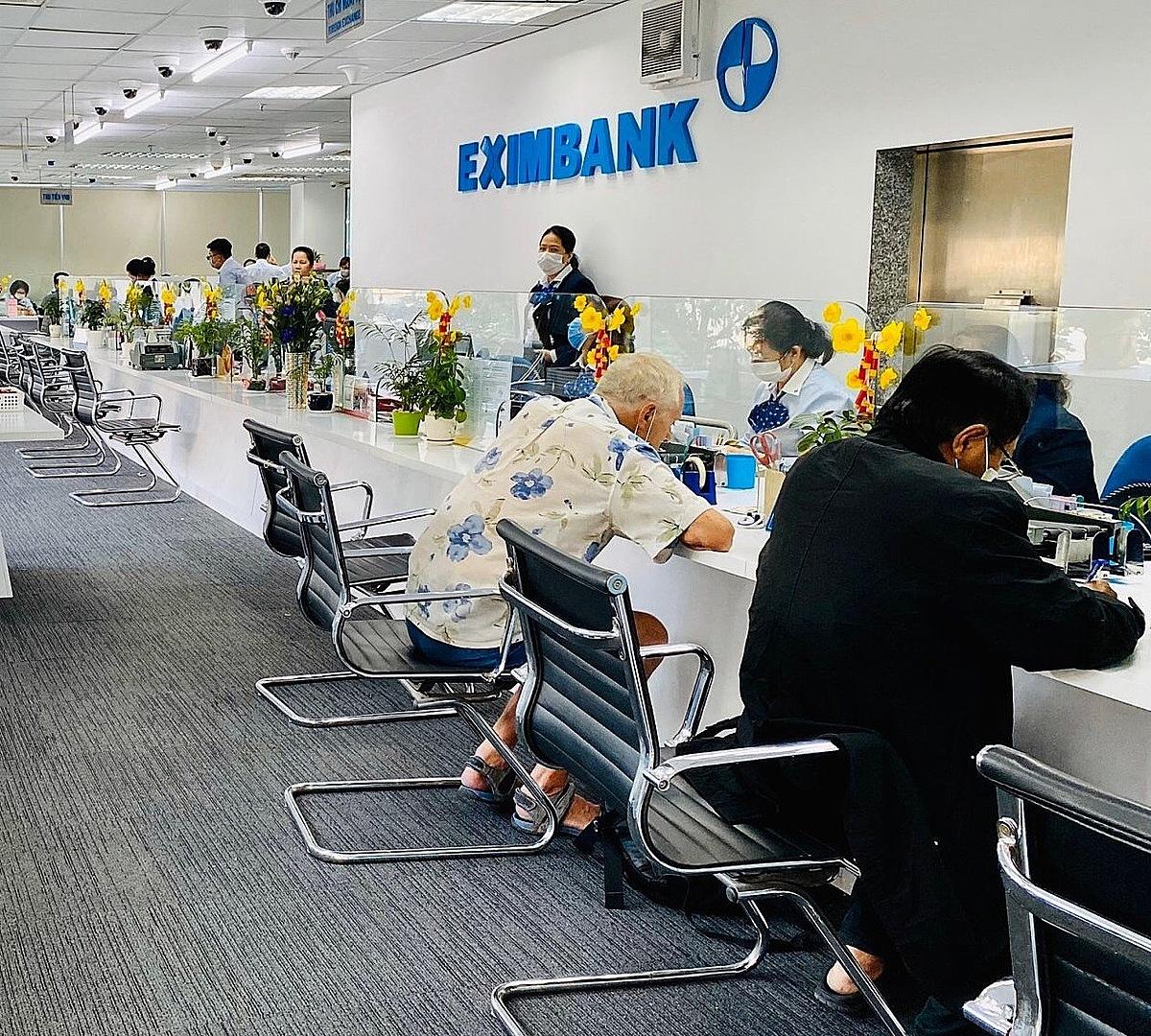Khách hàng giao dịch tại Eximbank.