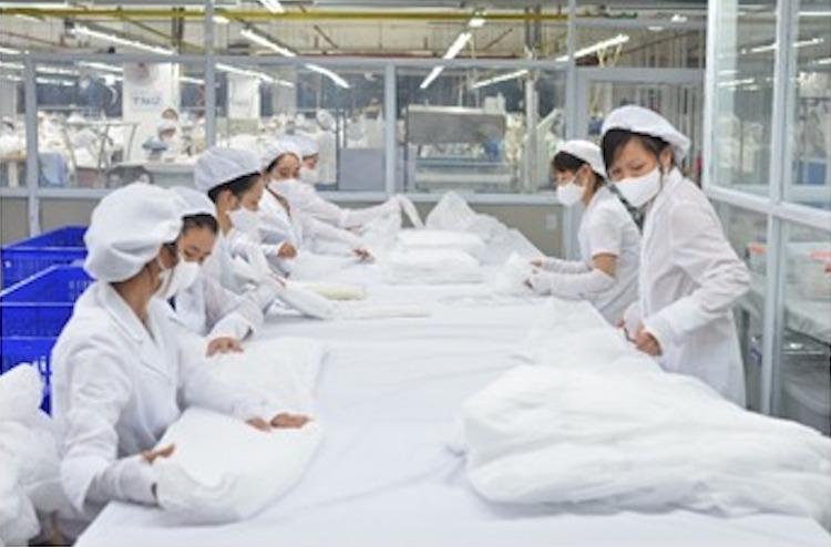 Công nhân TNG sản xuất trang phục y tế. Ảnh: TNG