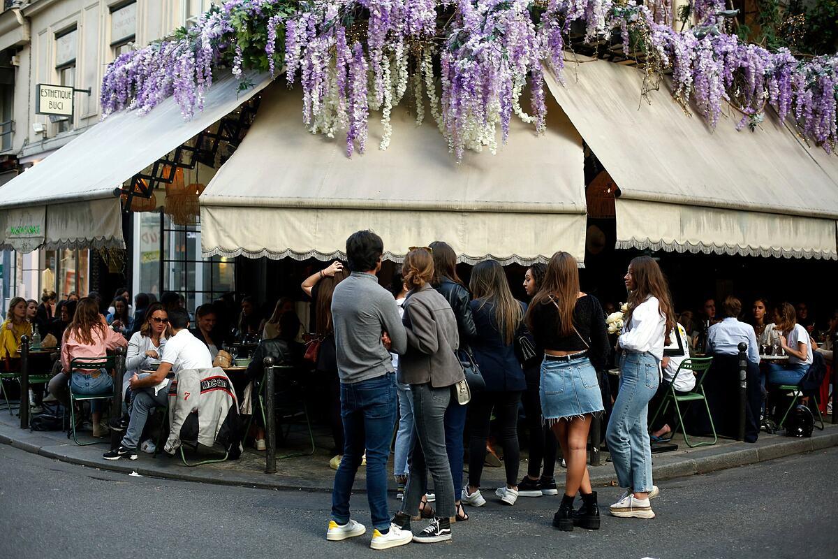 Bên ngoài một nhà hàng ở Paris hồi tháng 6. Ảnh: AP