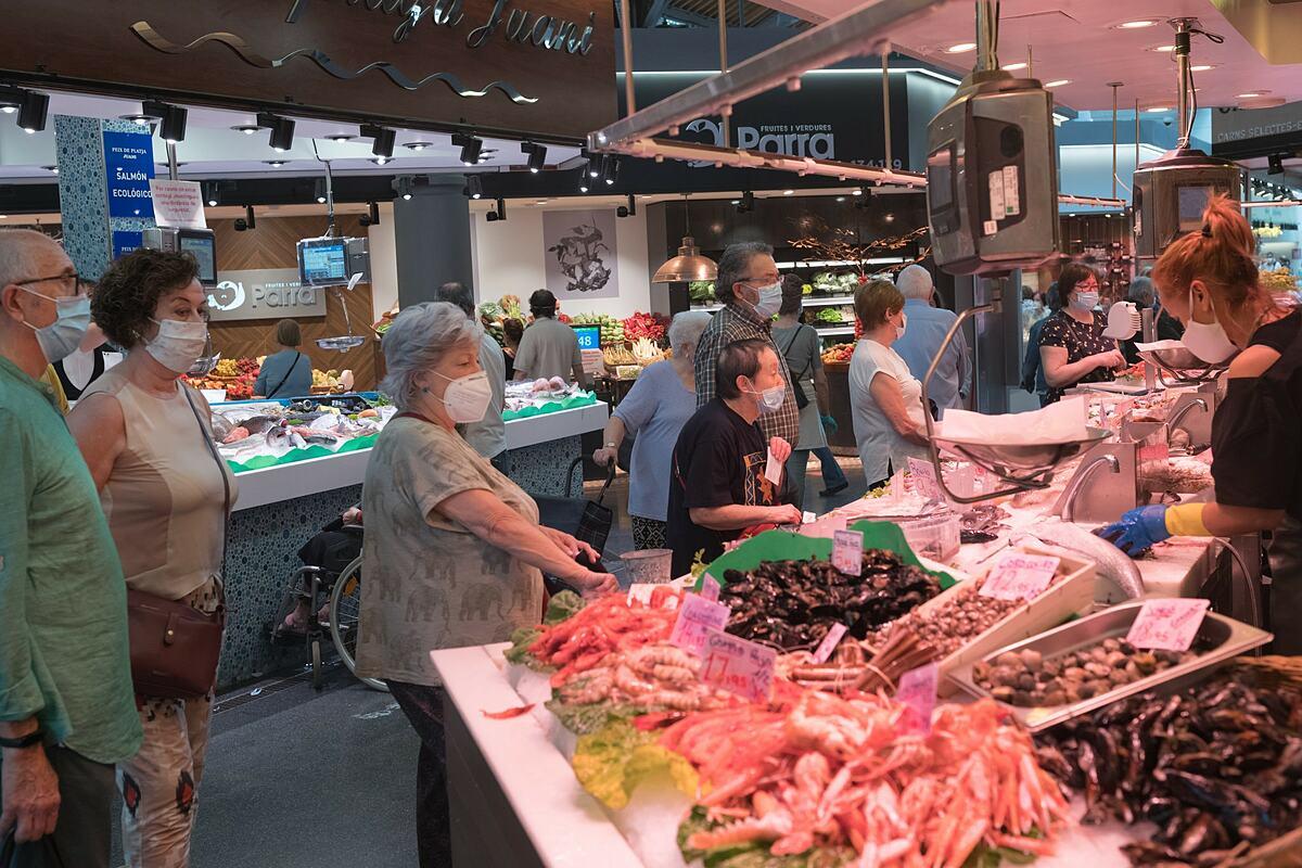 Người mua bên trong một siêu thị ở Barcelona hồi tháng 5. Ảnh: NYT