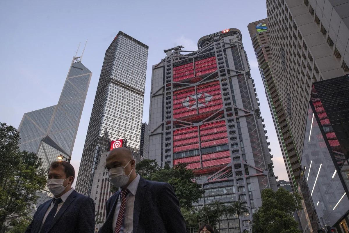 Một góc khu phố tài chính của Hong Kong hôm 27/4. Ảnh: Bloomberg