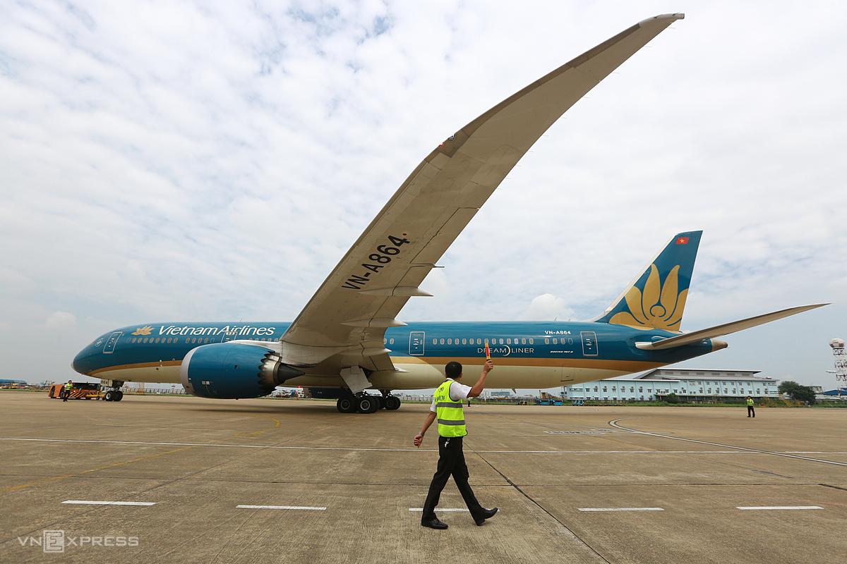 Hành khách trên máy bay Vietnam Airline đáp xuống Cảng hàng không quốc tế Tân Sơn Nhất. Ảnh: Thành Nguyễn.
