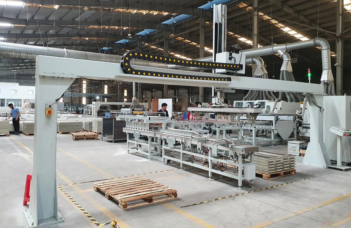 Dây chuyền sản xuất gạch nhựa hèm khóa SPC của Hoàng Gia Pha Lê. Ảnh: Anh Minh