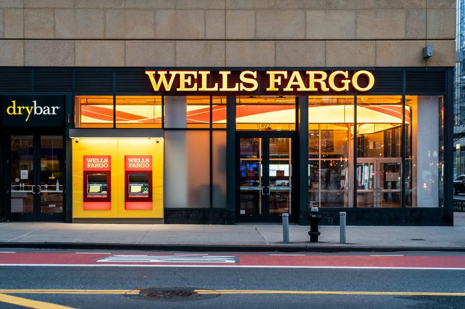 Bên ngoài chi nhánh Wells Fargo tại New York. Ảnh: Reuters