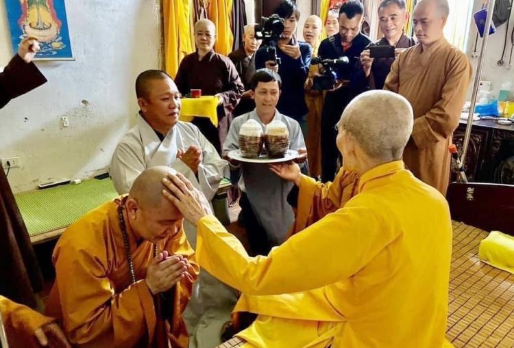 Ông Lê Phước Vũ trong lễ quy y Tam bảo. Ảnh: Cổng thông tin Phật giáo thuộc Giáo hội Phật giáo Việt Nam.
