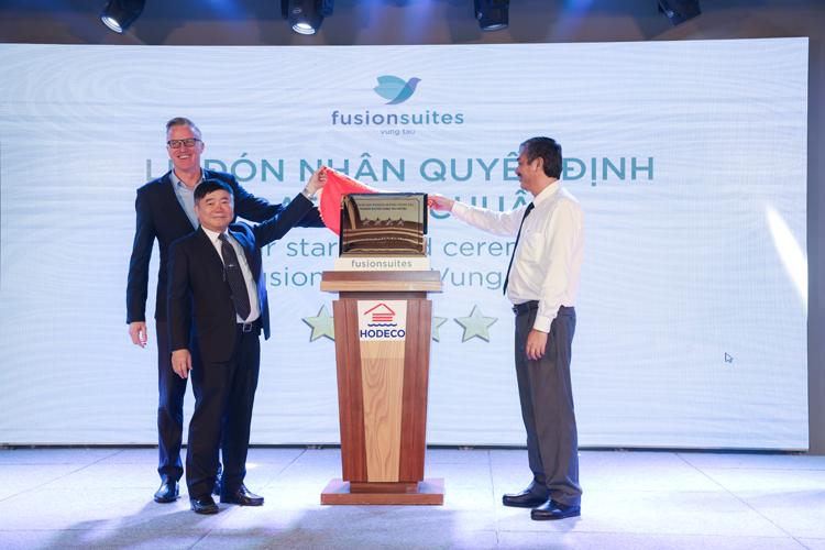Đại diện Fusion Suites Vũng Tàu đón nhận đạt chuẩn khách sạn 4 sao.