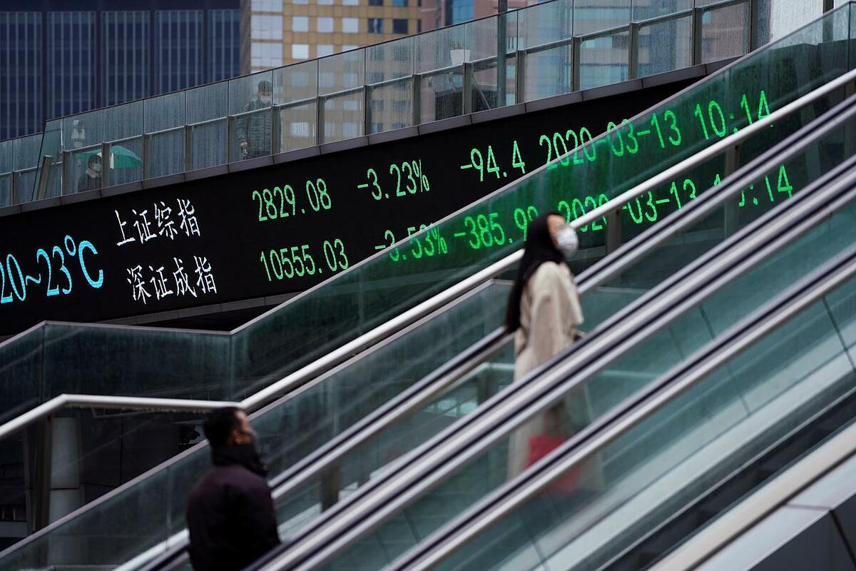 Người đi bộ tại quận tài chính Lujiazui (Thượng Hải). Ảnh: Reuters
