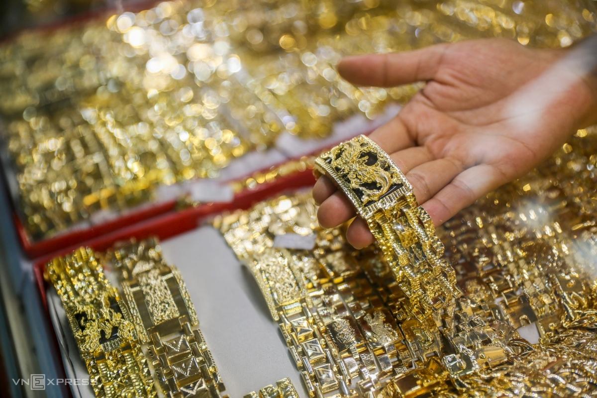 Người dân chọn mua vàng tại TP HCM. Ảnh: Quỳnh Trần.