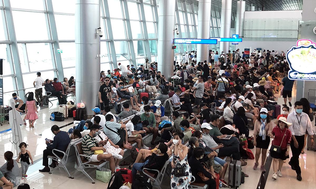 Nhà ga Cảng hàng không quốc tế Phú Quốc kín khách - tình trạng thường xuyên xảy ra sau giai đoạn giãn cách xã hội. Ảnh: Anh Tú