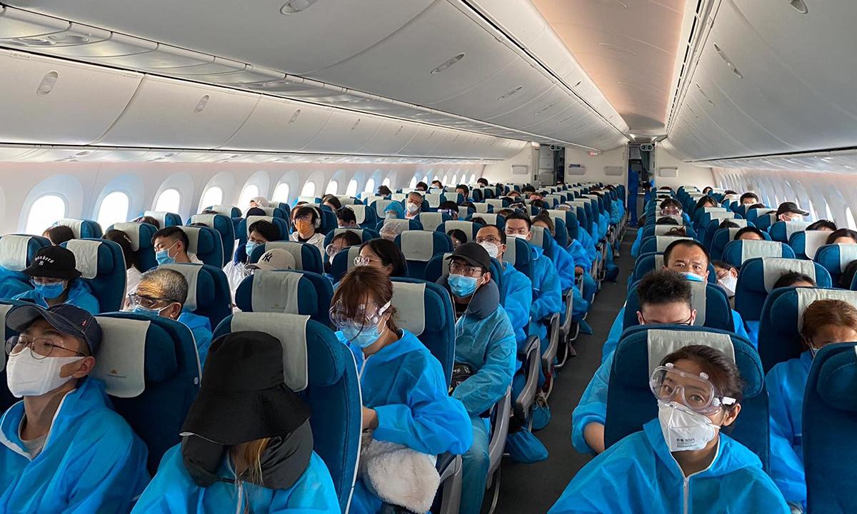 Hành khách Trung Quốc trên chuyến bay đến Nam Kinh hôm 18/7. Ảnh: VNA