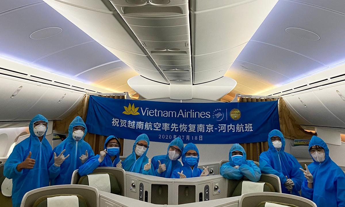Một số thành viên tổ bay, tiếp viên trên chuyến VN5729. Ảnh: VNA