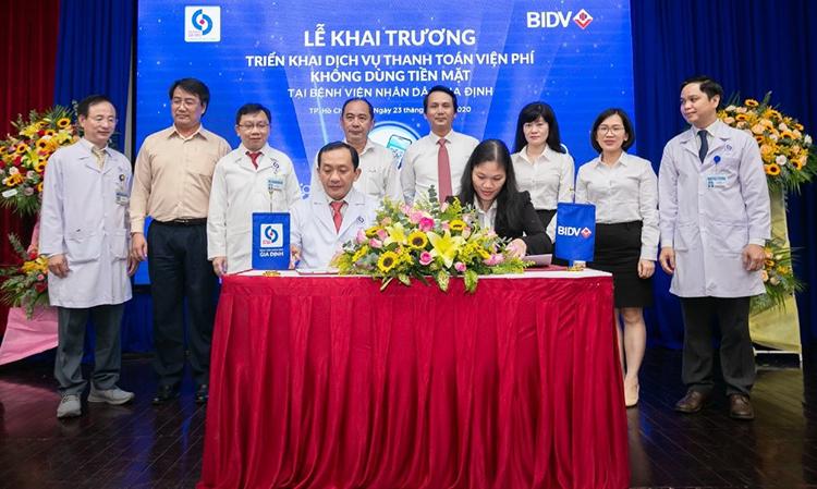 TS BS Nguyễn Anh Dũng, Giám đốc Bệnh viện Nhân dân Gia Định và bà Tân Thị Thu Hà, Giám đốc BIDV Chi nhánh Phú Mỹ Hưng tại lễ khai trương dịch vụ thanh toán không tiền mặt.