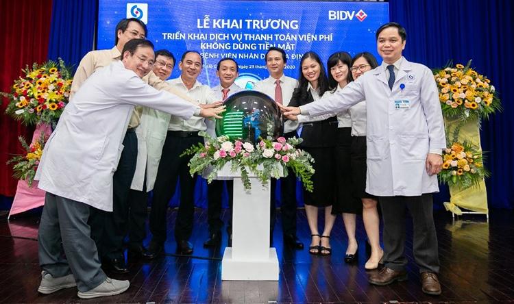 Các bác sĩ tại bệnh viện Gia Định và BIDV tại lễ khai trương dịch vụ.