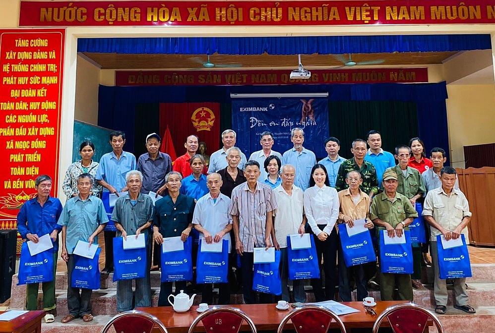 Eximbank trao quà cho các thương bệnh binh tại xã Ngọc Đồng, huyện Yên Lập, tỉnh Phú Thọ.