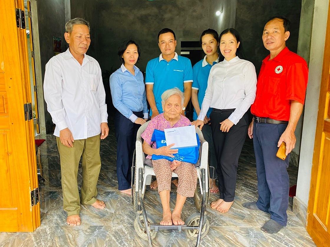 Đoàn thiện nguyện Eximbank thăm và trao quà cho mẹ Việt Nam anh hùng Đặng Thị Chuộng tại xã Đồng Thịnh, huyện Yên Lập, tỉnh Phú Thọ.