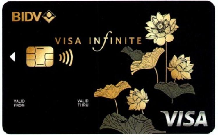 Thẻ có thiết kế sang trọng với các họa tiết tiết mạ vàng tinh tế.