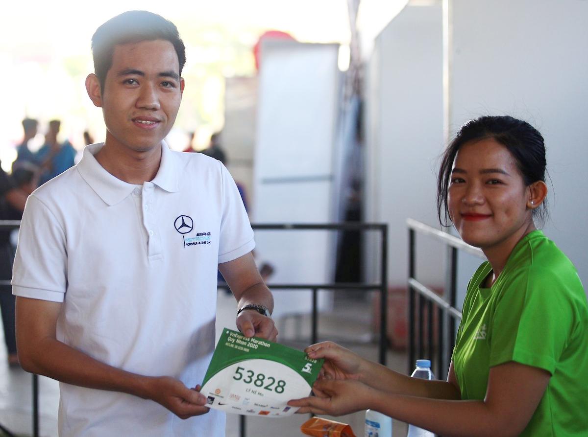 Anh Nguyễn Huỳnh Quang Lý, runner cự ly 5 km nhận racekit hôm 25/7. Ảnh: Phạm Chiểu.