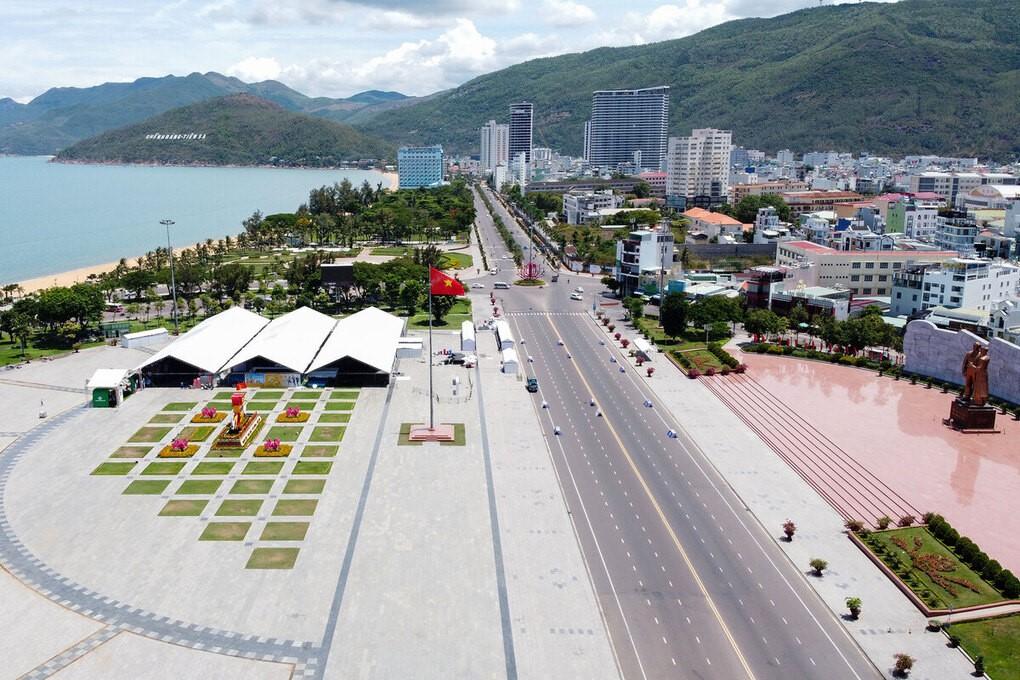 Toàn cảnh khu nhà giàn nhận racekit và đường chạy khu vực xuất phát, về đích của VnExpress Marathon Quy Nhon 2020.
